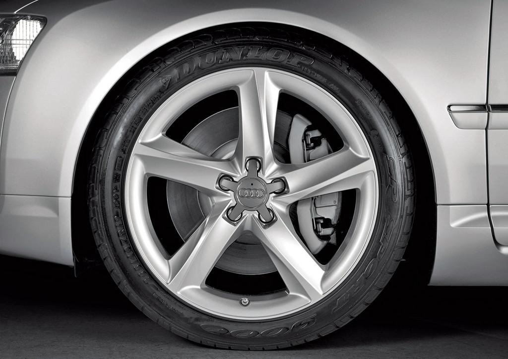 Снимки: Audi A8 (D3-4E)