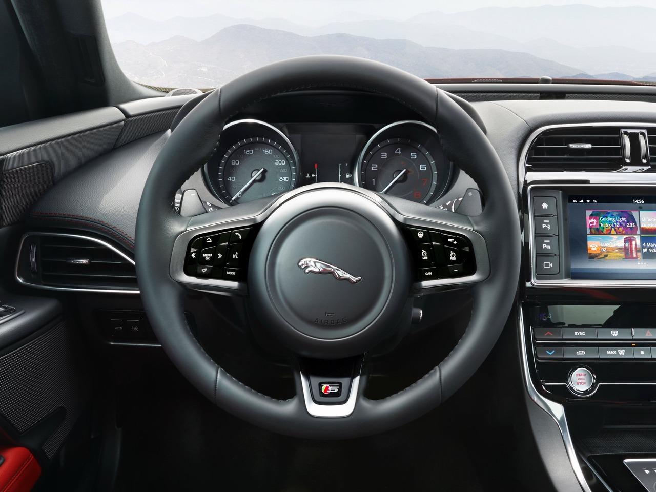 Снимки: Jaguar XE