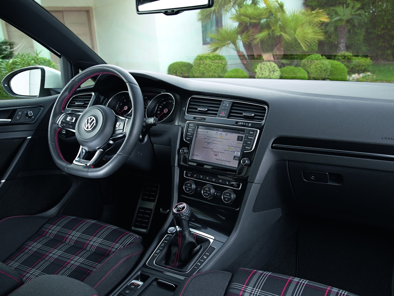 Снимки: Volkswagen Golf GTI & R