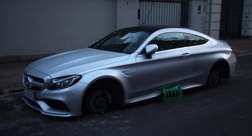 Галерия - Откраднаха джантите на Mercedes-AMG C63 Coupe (СНИМКИ)