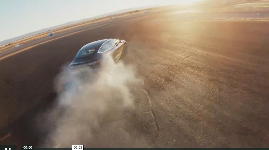 Софтуерен Ъпдейт ще Превърне Model 3  в Дрифт Експерт!