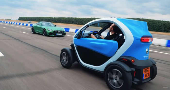 Галерия - (ВИДЕО) Може ли AMG GT-R да Победи Twizy на Задна?